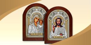 Венчальная пара икон с образом Спасителя и Казанской Божией Матери. Серебряный оклад икон украшен позолотой и стразами.
